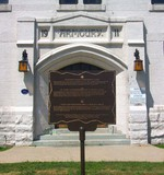 (Thumbnail) Armoury Street and Victoria Avenue - Niagara Falls Armoury - front door and Niagara Falls Internement Camp plaque (image/jpeg)
