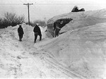 (Thumbnail) Digging out a school bus, the Blizzard of 77 in the Niagara area (image/jpeg)