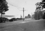 (Thumbnail) An Electric Street Car with the Horseshoe Falls in the background (image/jpeg)