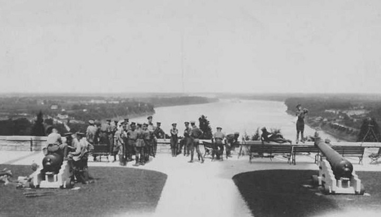Soldiers at Queenston Height's area overlooking the lower Niagara River (image/jpeg)