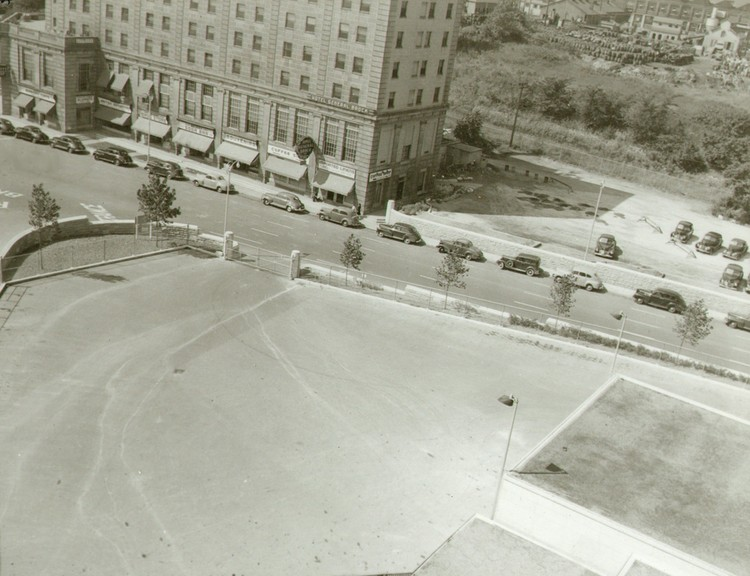 Truck exit at the Rainbow Bridge and the General Brock Hotel Niagara Falls seen from the Carillon Tower (image/jpeg)