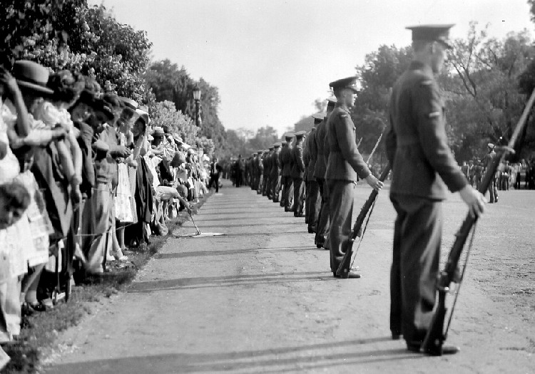 1939 Royal Tour - King George VI & Queen Elizabeth the troops and the crowds (image/jpeg)