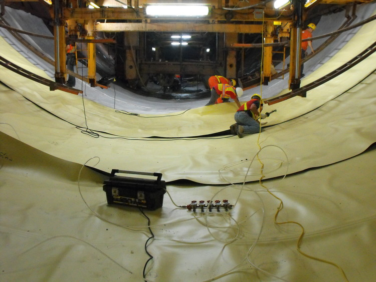 Niagara Tunnel Project - A protective material is placed over completed floor segments. (image/jpeg)