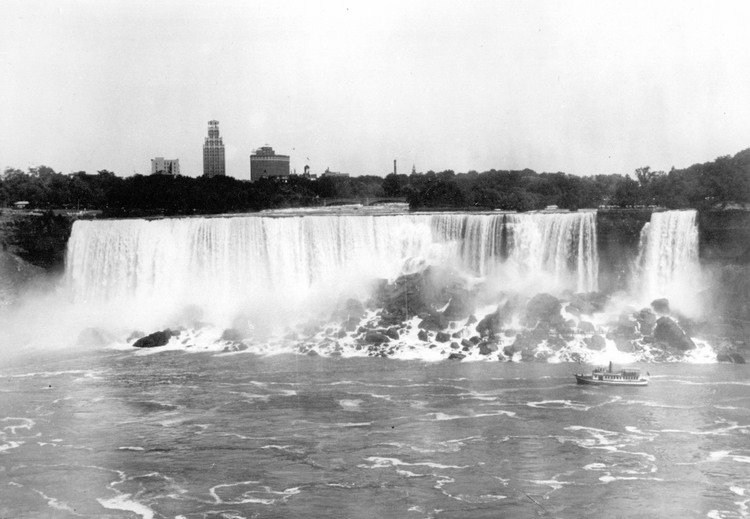 American Falls - Maid of the Mist in foreground (image/jpeg)