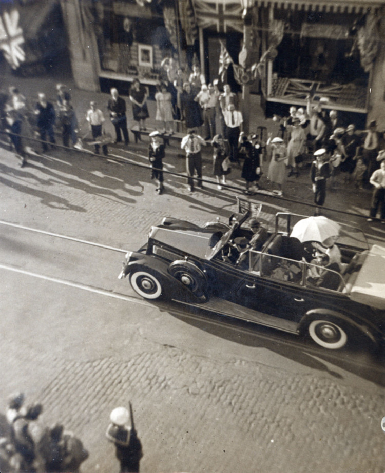 1939 Royal Tour- King George VI and Queen Elizabeth arrive by motorcade to Niagara Falls (image/jpeg)