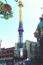 (Thumbnail) Clifton Hill, 4915 - WWE Z-Force Pile Driver Tower and the World Wrestling Entertainment Retail Store (image/jpeg)