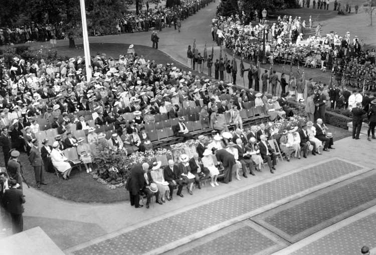 1939 Royal Tour - King George VI & Queen Elizabeth to Niagara Falls - crowd waiting for arrival (image/jpeg)