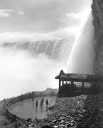 (Thumbnail) Observation platform at the Scenic Tunnels Table Rock at the base of the Horseshoe Falls (image/jpeg)