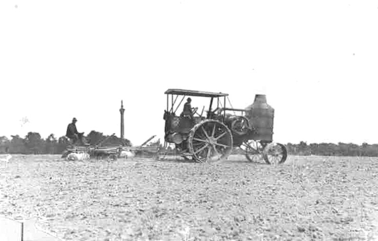 Larkin Farm Portage Road - steam tractor plowing field - Brock's monument in the background - 1920 (image/jpeg)