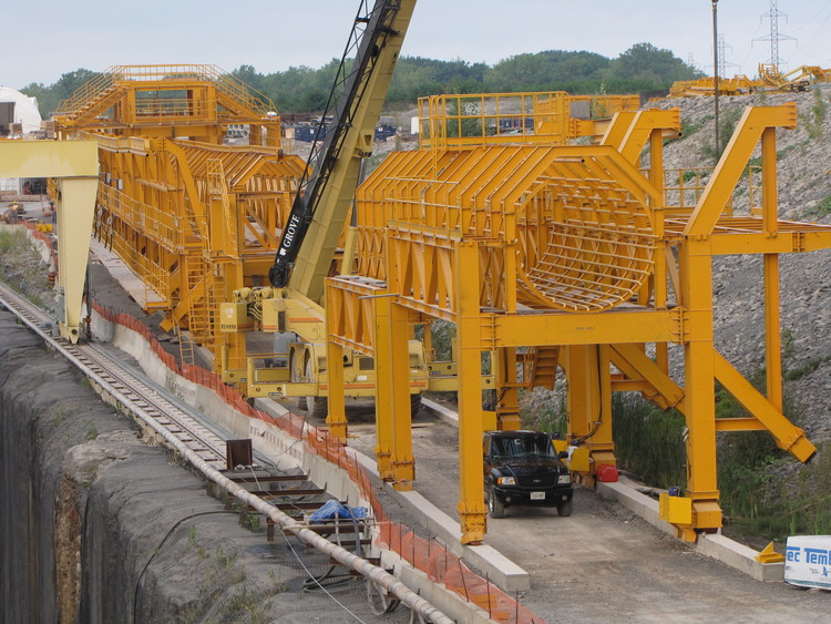 Niagara Tunnel Project - The assembly is ready to be lowered into the tunnel outlet. (image/jpeg)