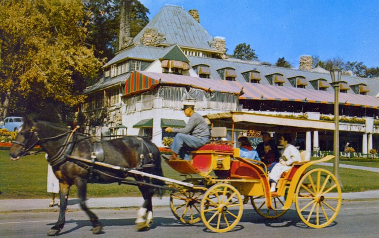 Horse and carriage in front of the Victoria Park Restaurant, Queen Victoria Park Niagara Falls Canada (image/jpeg)