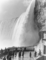 (Thumbnail) The observation deck at the Scenic Tunnels, Horseshoe Falls in background (image/jpeg)