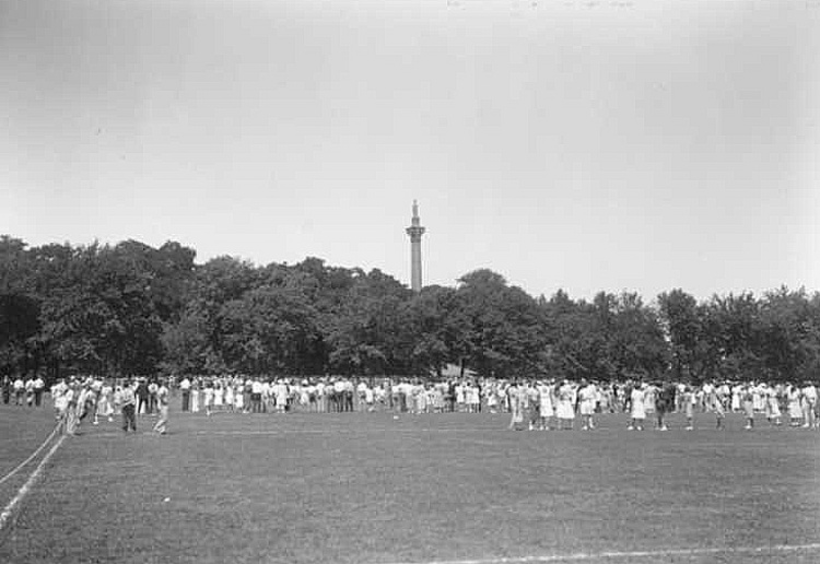 Social gathering at Queenston Heights Park; Brock's Monument in background (image/jpeg)