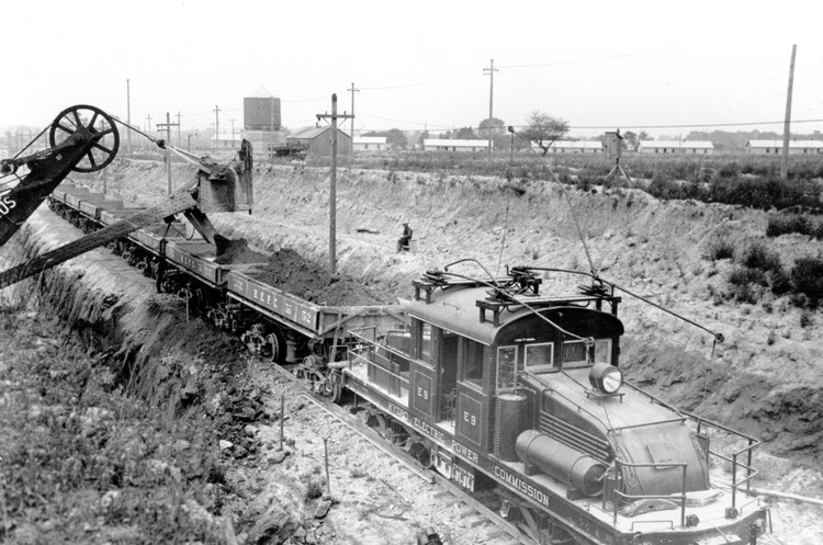 Construction of the Queenston-Chippawa power plant - electric train used for earth carrying (image/jpeg)