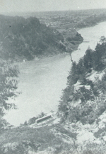 (Thumbnail) Niagara River and the village of Queenston, damaged Lewiston-Queenston Bridge in background (image/jpeg)
