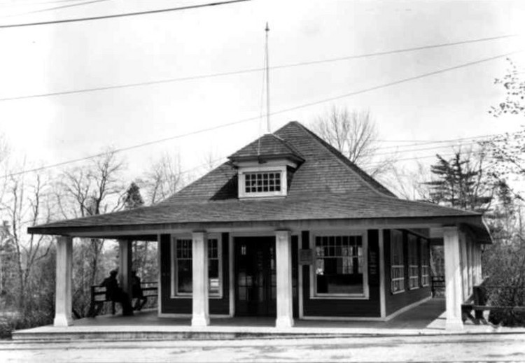 The souvenir store and streetcar station at Queenston Heights (image/jpeg)