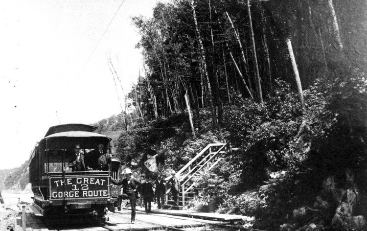 Great Gorge Route Car 12 at a stop in Niagara Glen (image/jpeg)