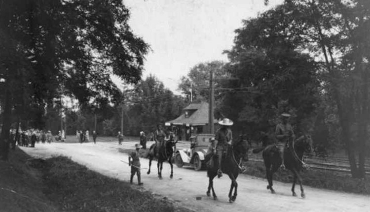 Canadian Expeditionary Military Forces marching up Queenston Heights Hill - 1915 (image/jpeg)