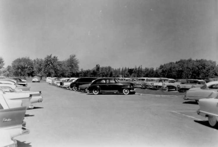 Cars parked in the lot at Queenston Heights Park (image/jpeg)