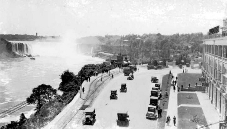 Niagara Parkway in front of the Clifton Hotel,  Horseshoe Falls in background (image/jpeg)