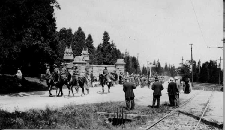 Canadian Expeditionary Military Forces march on Parade up Queenston Heights Hill - 1915 (image/jpeg)