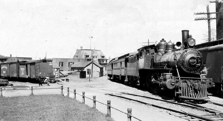 1915 view of a Michigan Central train at crossing on lower Queen St (image/jpeg)