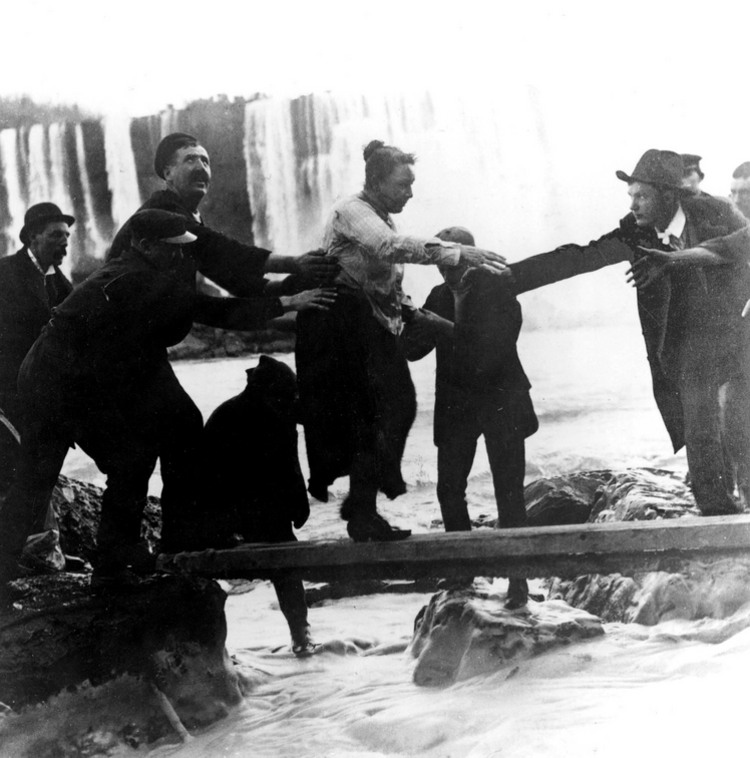 Mrs. Annie Edson Taylor being assisted ashore, the first human being to go over the Falls and live (image/jpeg)